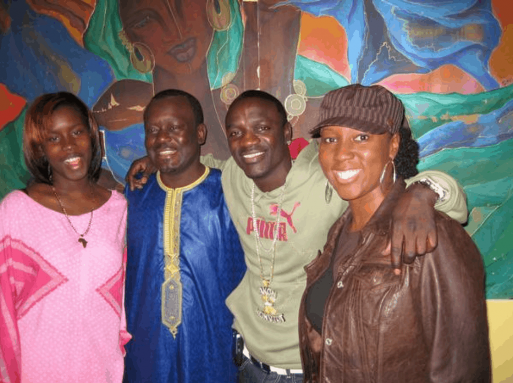akon-with-agroup-of-people-at-joloff-restaurant
